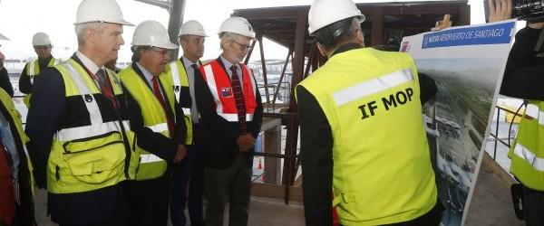Ministro Fontaine visita aeropuerto de Santiago en primera visita a terreno